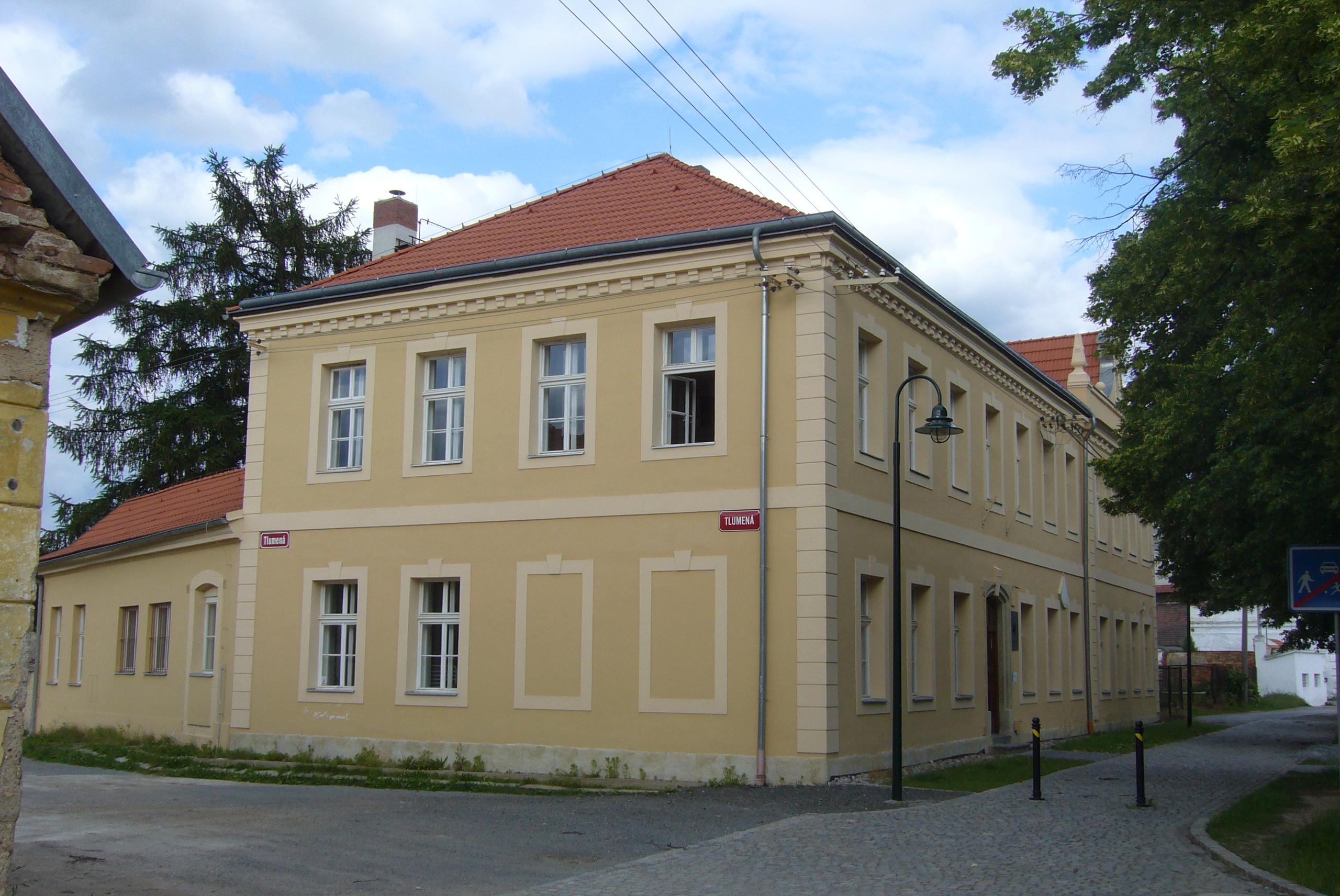 Budova Soukromé střední uměleckoprůmyslové školy Zámeček s.r.o. Dříve zde  byla od roku 1868 základní škola. 4e5cb46fba8